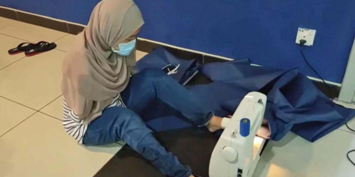 Una mujer sin brazos fabrica mascarillas con los pies para sanitarios