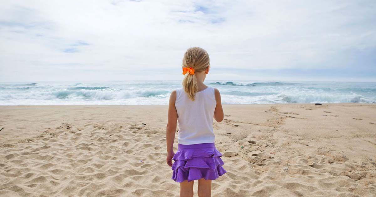 Niña paseando por la playa