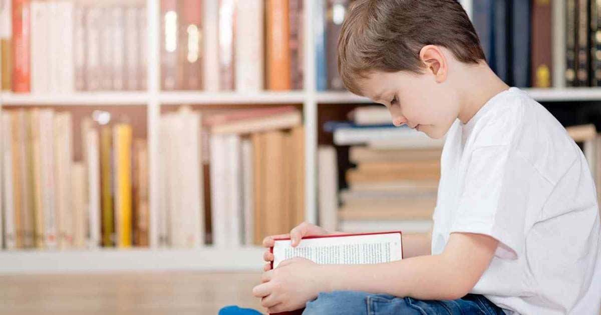 Niño pequeño leyendo