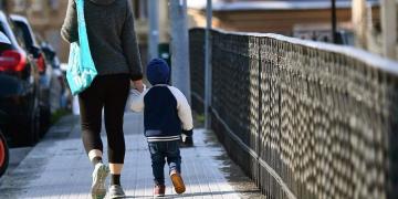 Niño paseando junto a su madre