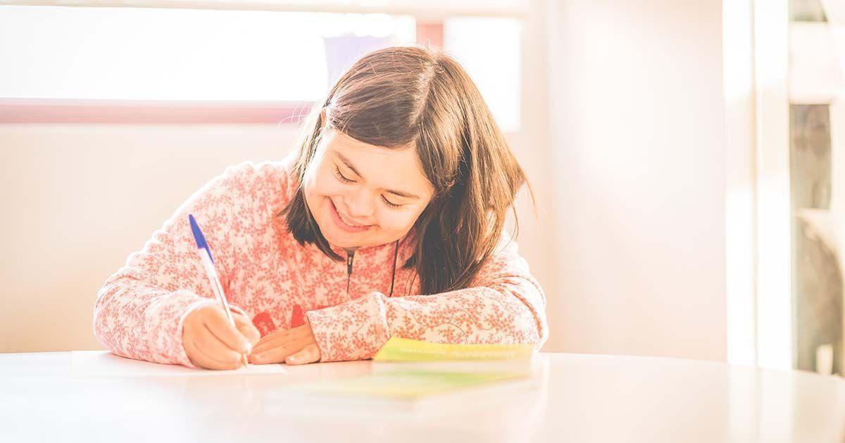 Persona con discapacidad intelectual escribiendo