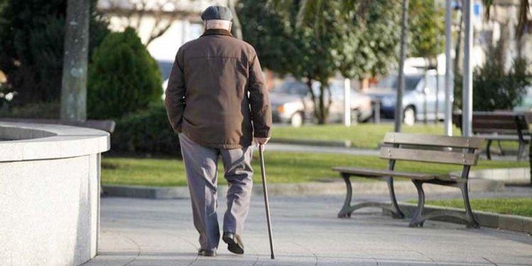 Persona mayor paseando jubilado