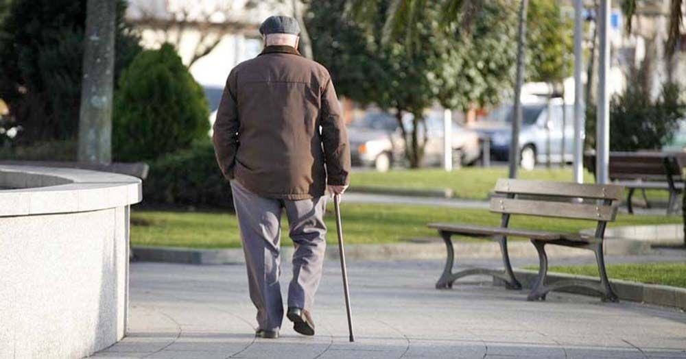 Persona mayor paseando jubilado pensión