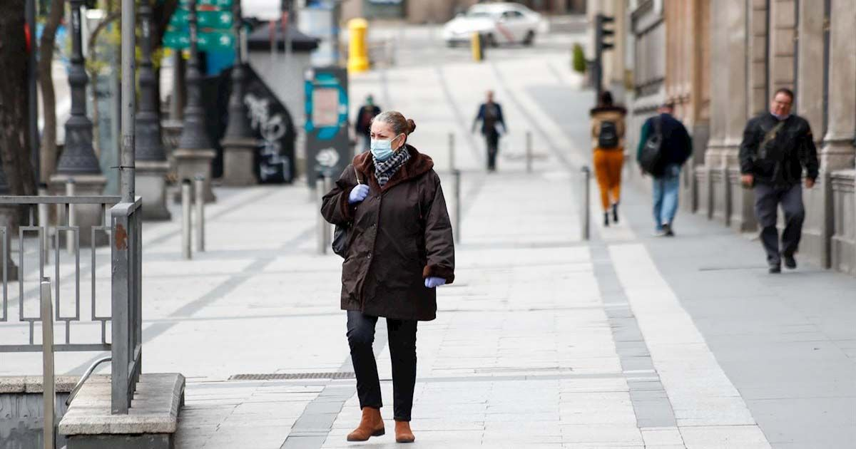 Una mujer paseando por Madrid durante la pandemia del Covid-19