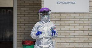 Sanitario con equipamiento para prevenir el coronavirus