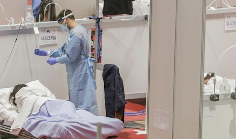 sanitario realizando test rápido covid-19