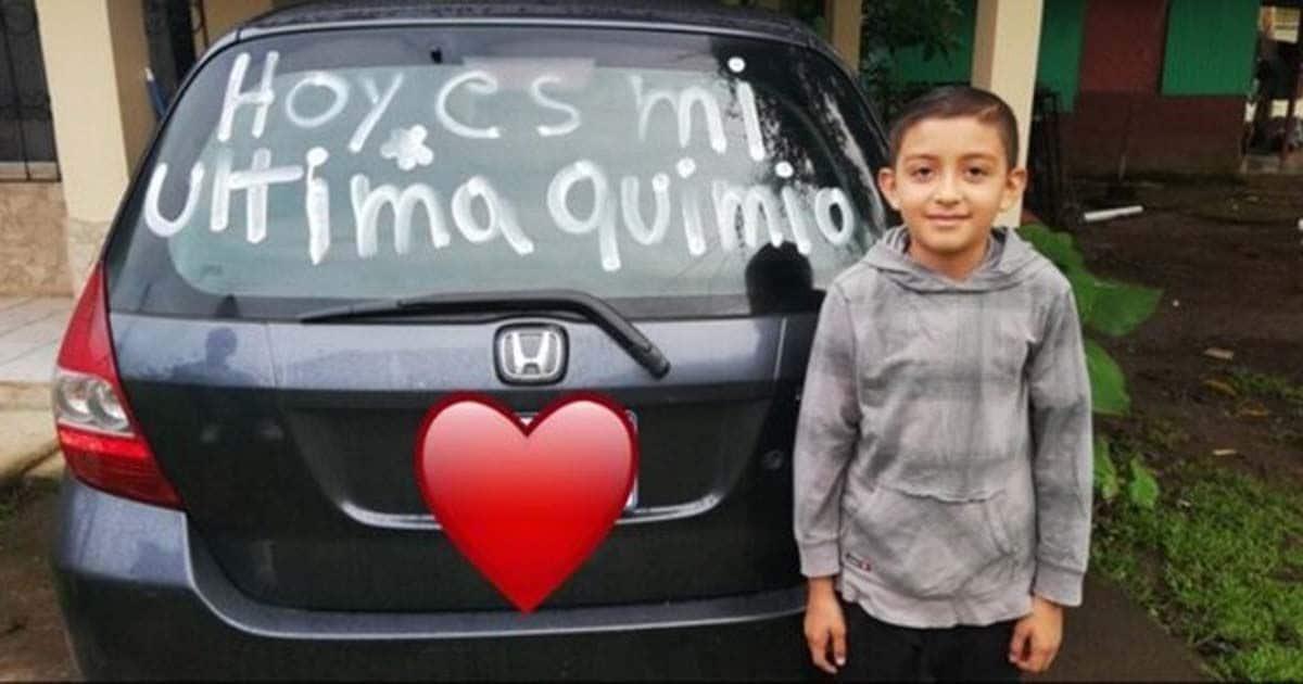 """El pequeño Josafat junto al mensaje """"Hoy es mi última quimio"""""""