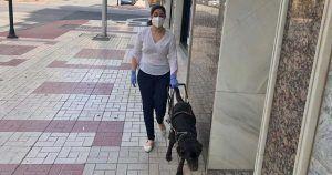 Una persona ciega paseando con su perro guía durante el estado de alarma