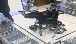 Un hombre sin brazos y sordo atraca una joyería apuntando con sus pies