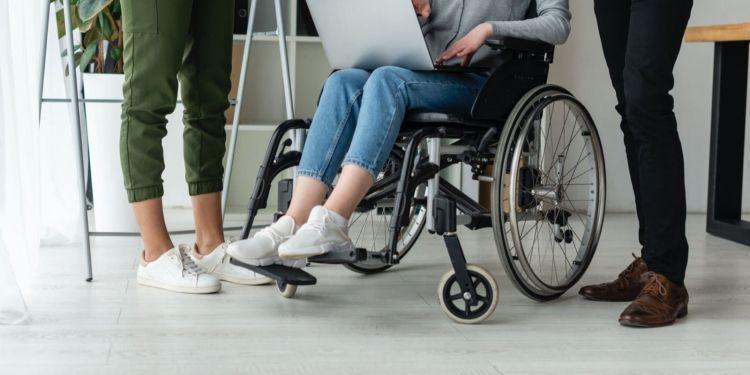 Varias personas trabajando silla de ruedas