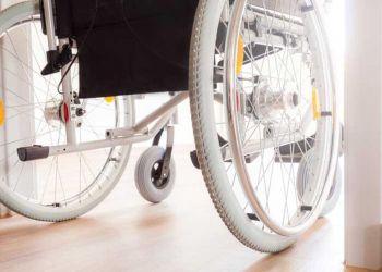 Silla de ruedas entrando por una puerta adaptada
