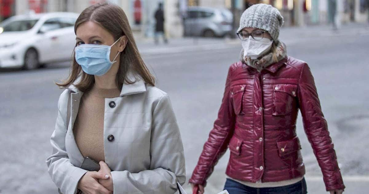 Personas con mascarillas para protegerse del coronavirus contaminación