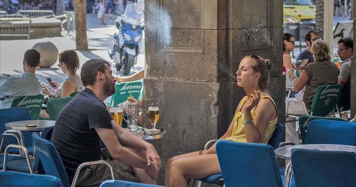 Persona fumando en una terraza fumar