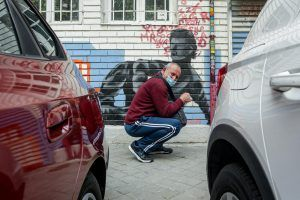 hombre vulnerable haciendo cola ingreso minimo vital