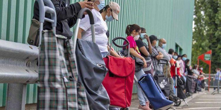 Cola de gente esperando para cobrar el ingreso mínimo vital