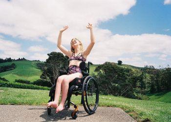 Mujer en silla de ruedas con lencería de Lonely Lingerie