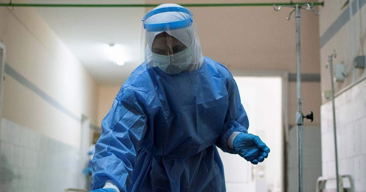 Médico desinfectado cama EPI covid