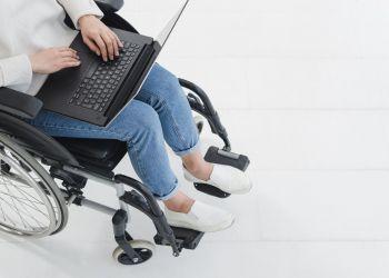 Mujer en silla de ruedas con discapacidad trabajando - teletrabajo
