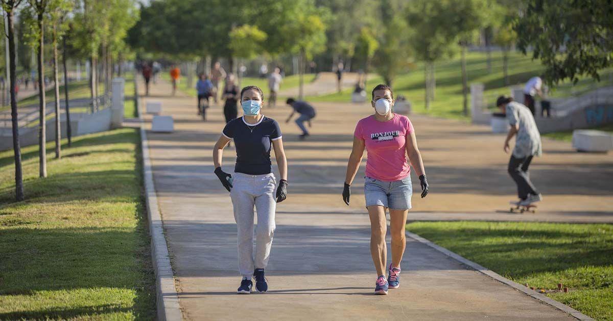 Dos mujeres paseando durante la pandemia del coronavirus