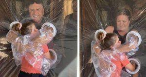 Invento con plástico de una niña para abrazar a sus abuelos durante el confinamiento