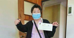 Persona con discapacidad intelectual con el material sanitario entregado por FUTUDIS