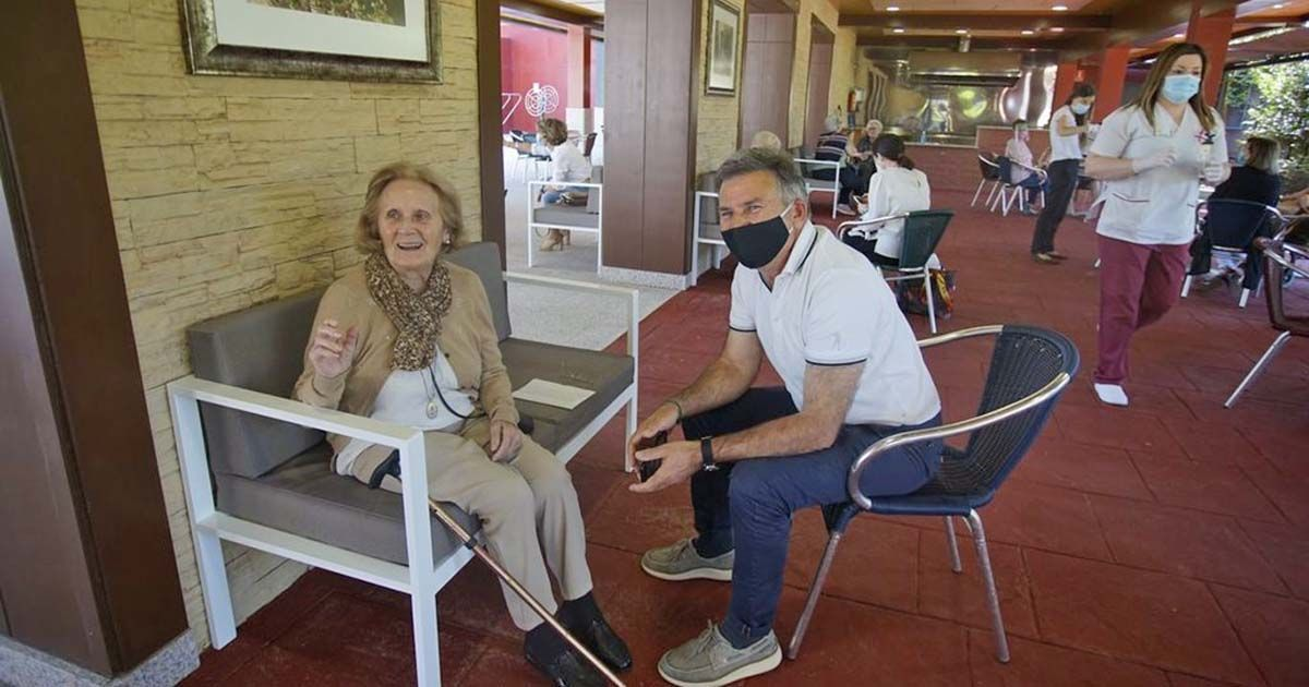 Persona mayor recibiendo una visita