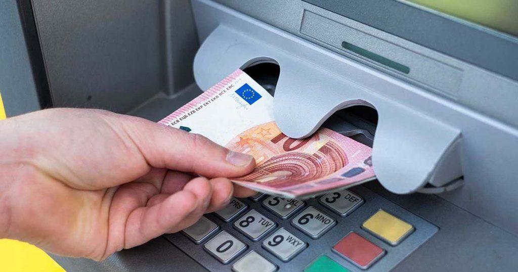 Persona retirando dinero de un cajero