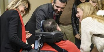 Alcalde de Almería con una persona con discapacidad - AYUNTAMIENTO DE ALMERÍA