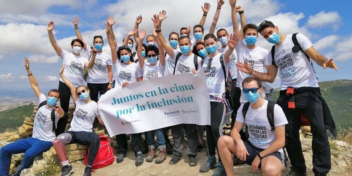 Desirée Vila junto a empleados de Tecnoconfort tras subir la Peña de Unzue