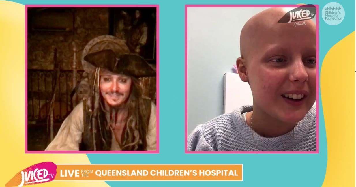 Johnny Depp vestido de Jack Sparrow haciendo videollamada junto a un joven hospitalizado
