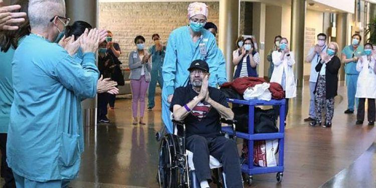 Michael Flor saliendo del hospital