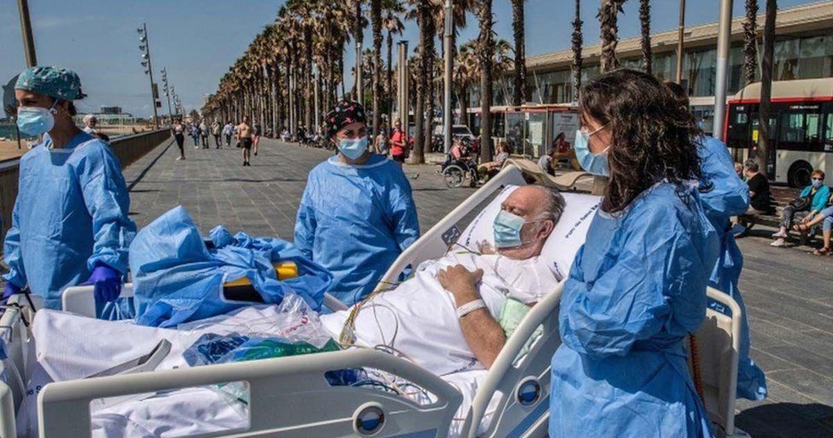 Paciente con Covid-19 visitando la playa en Barcelona | GETTY IMAGES