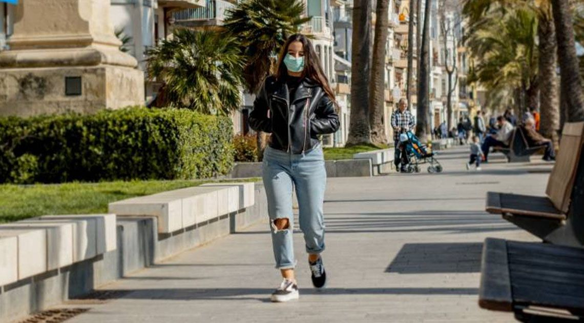 Mujer andando con mascarilla | Foto: EP