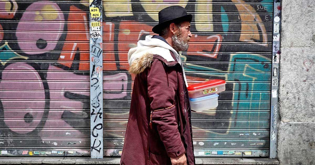 Vecinos realizan una cola para recoger bolsas de comida - Ricardo Rubio - Europa Press