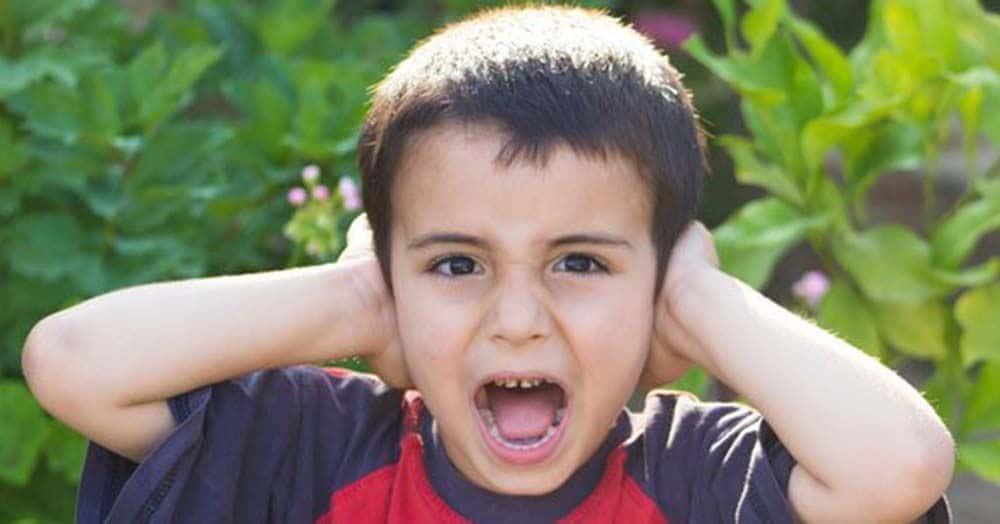 Niño se tapa los oídos ante el ruido