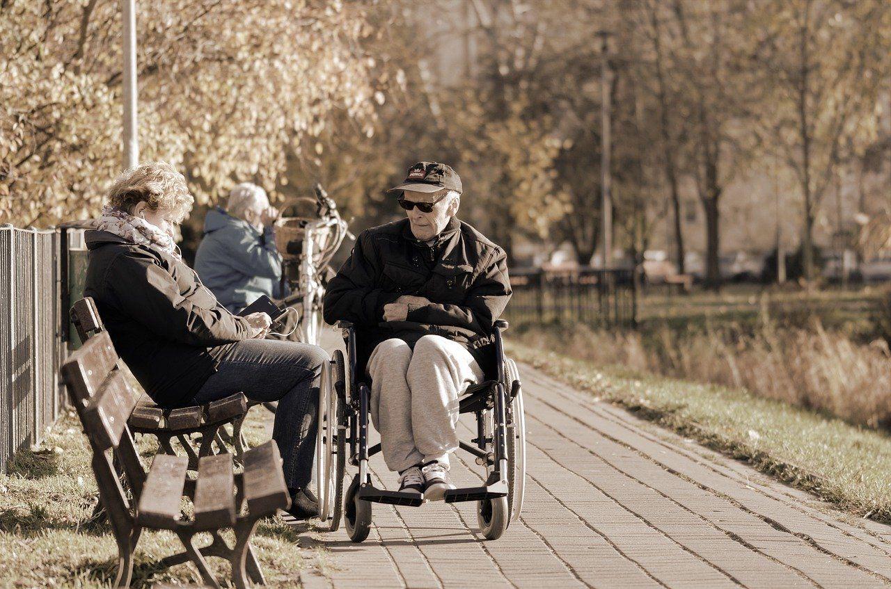 persona mayor discapacidad en silla de ruedas