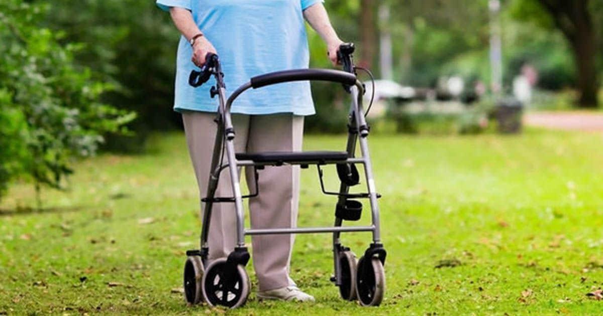 Persona mayor con andador