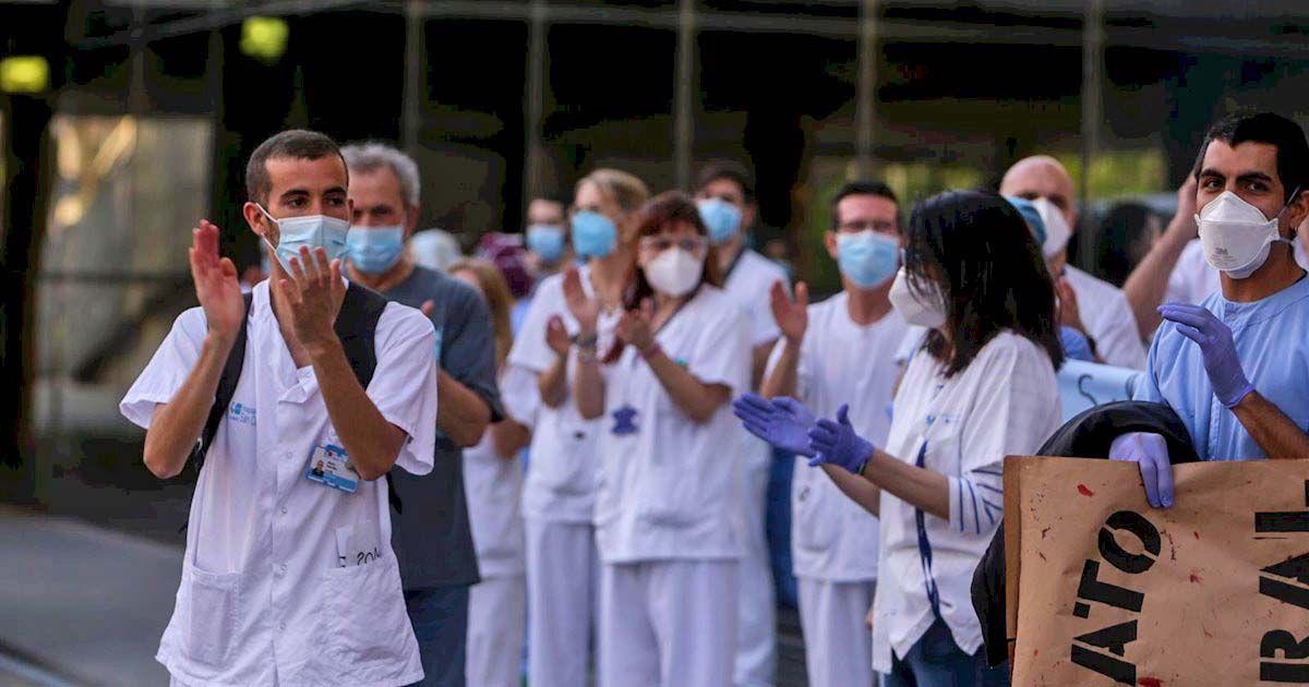 Sanitarios aplaudiendo