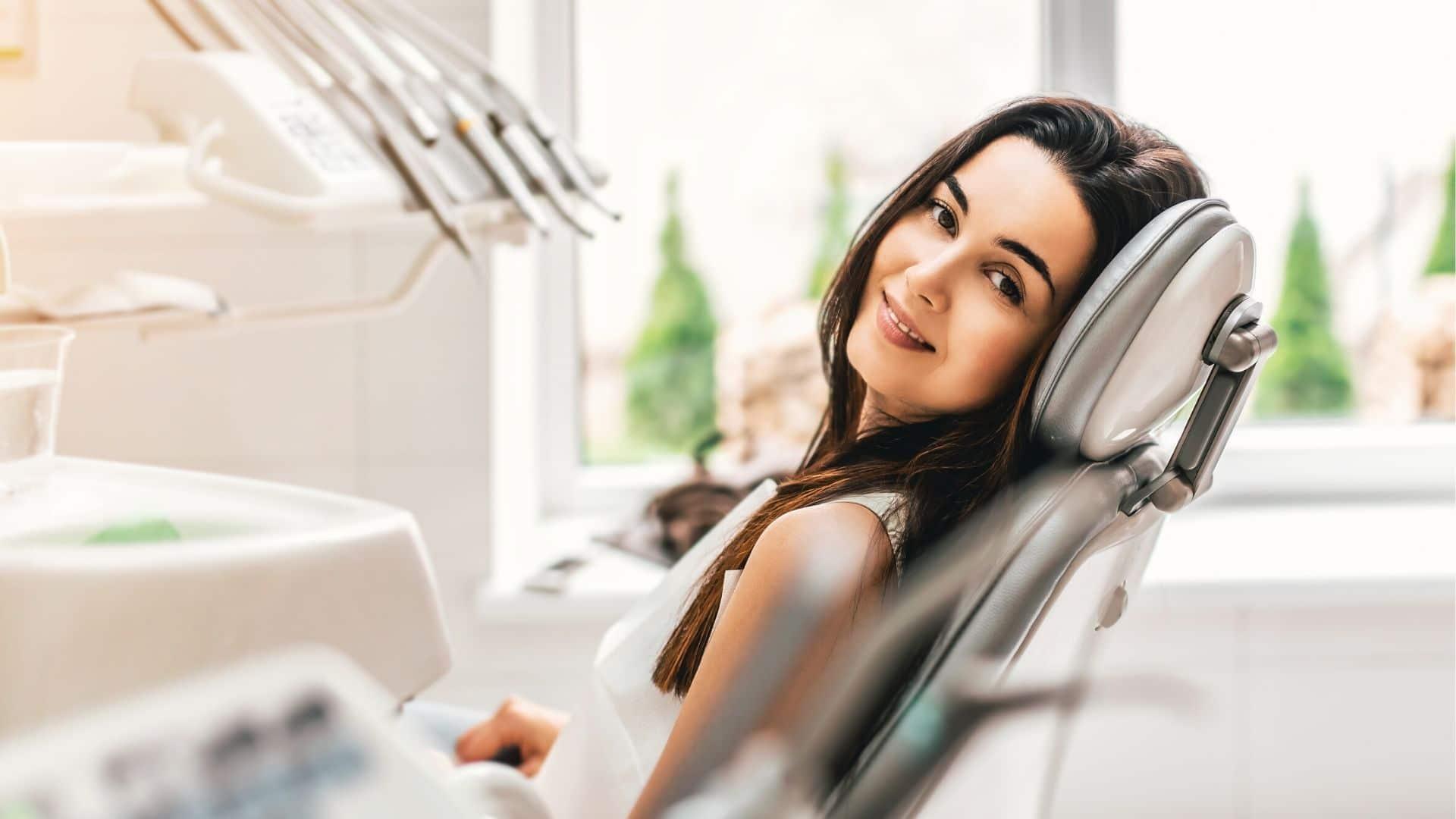 seguros dentales mujer en asiento de la clínica dental