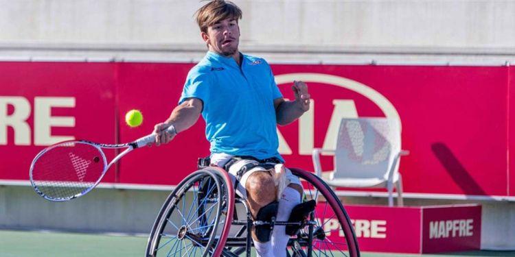 Persona jugando al tenis en silla de ruedas
