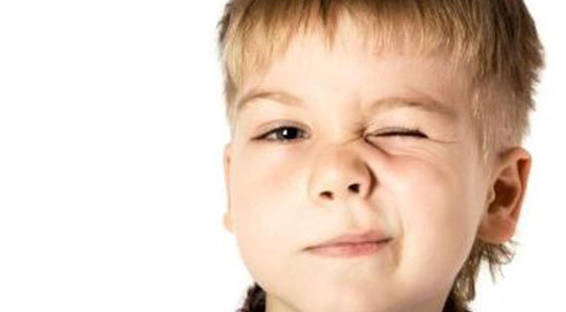 Niño con tic nervioso
