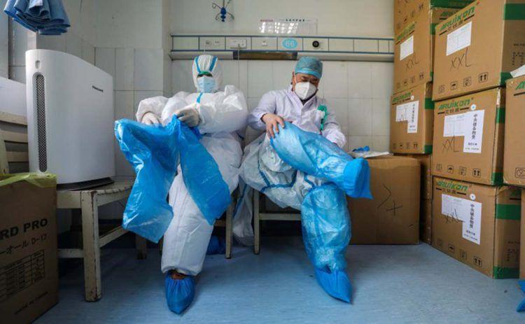Médicos vistiéndose para protegerse del Coronavirus