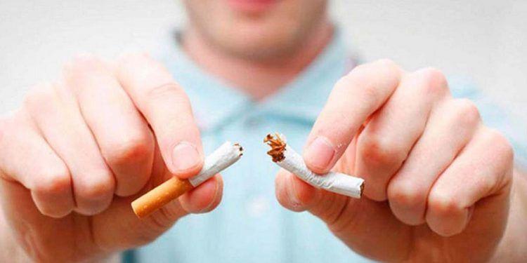 Hombre rompiendo un cigarro