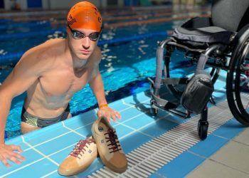Manuel Martinez, nadador del CD Aquarium Alacant, junto a las zapatillas Timpers