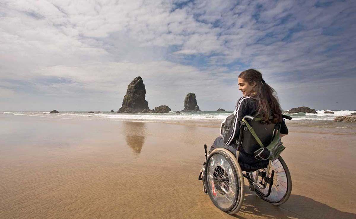 Mujer con discapacidad en la playa