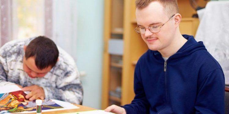 Persona con discapacidad leyendo