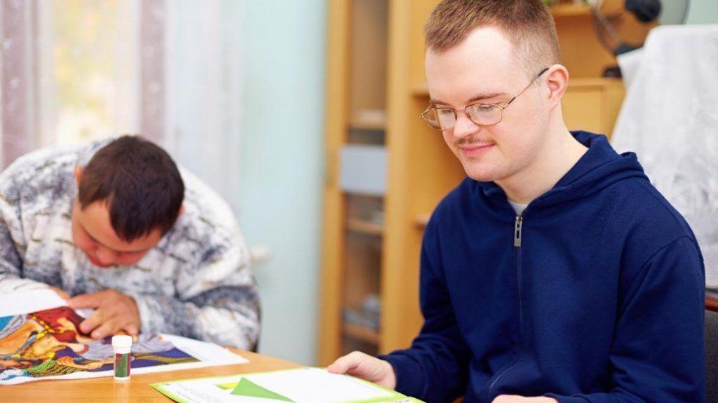 Persona con discapacidad leyendo FAMMA