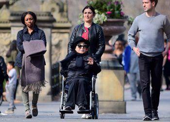 Yoko Ono en silla de ruedas debido a una enfermedad