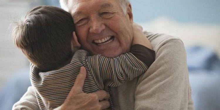 Un abuelo y su nieto dándose un abrazo