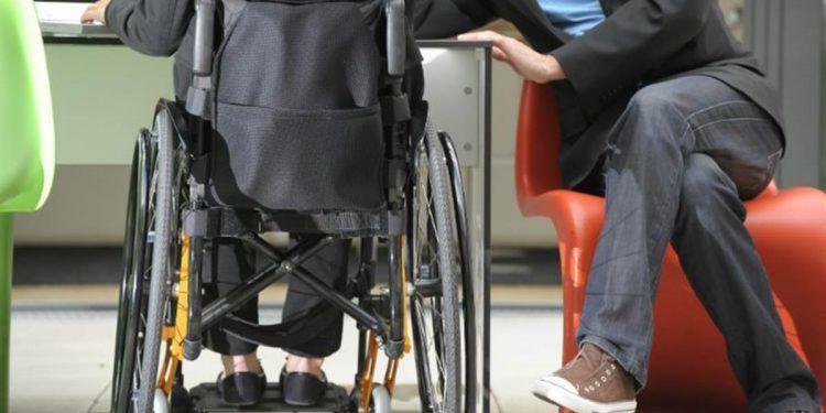 Persona en silla de ruedas trabajando